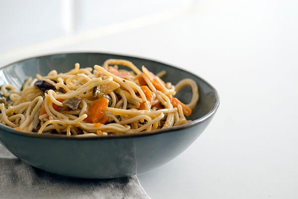Fideos de arroz con verduras y salsa teriyaki